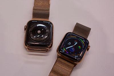 Mặt lưng của cặp đôi smartwatch này được làm từ gốm đen và sapphire