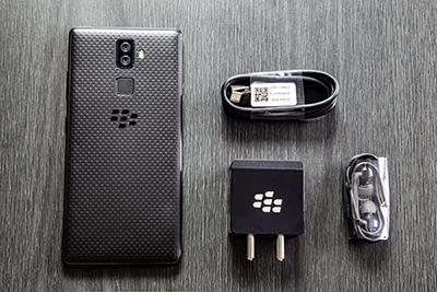 Sản phẩm BlackBerry Evolve gồm củ cáp sạc và tai nghe.