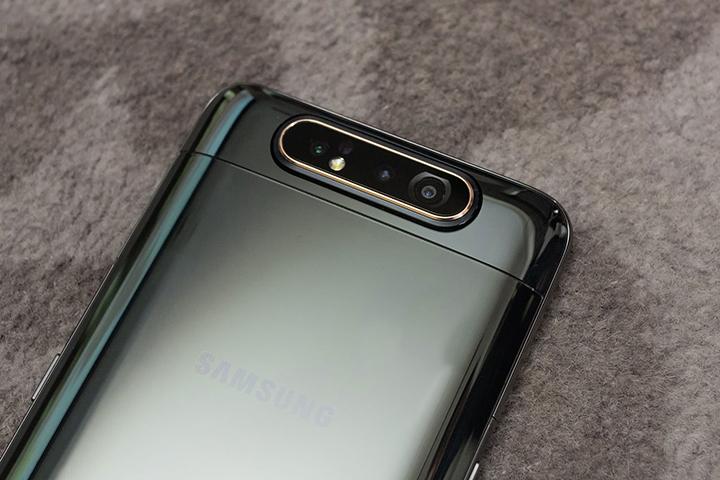 Samsung Galaxy với thiết kế nhỏ gọn, giúp cảm giác cầm rất thoải mái.