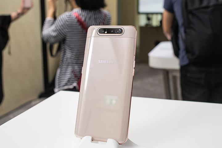 Samsung Galaxy A80 với camera xoay trượt vượt trội.