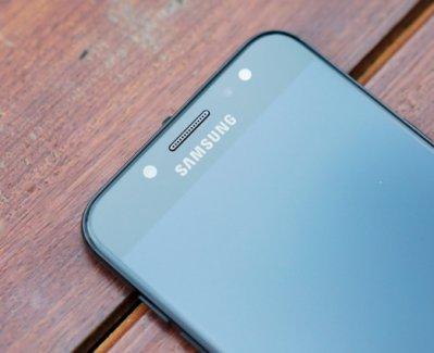 Cụm cảm biến, camera trước trên Samsung Galaxy J7 Plus