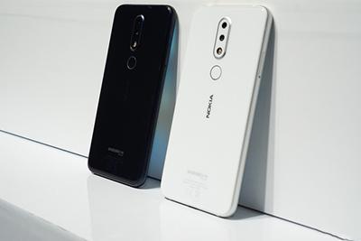 Nokia 6.1 Plus trưng bày 2 màu trắng và đen