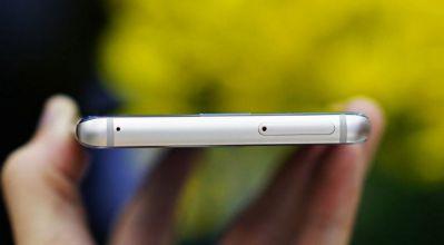 Đỉnh đầu thân máy Samsung Galaxy Note FE là khe cắm sim, thẻ nhớ và mic