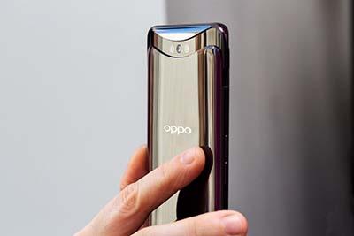 Trên tay chiếc Oppo Find X rất sang trọng.