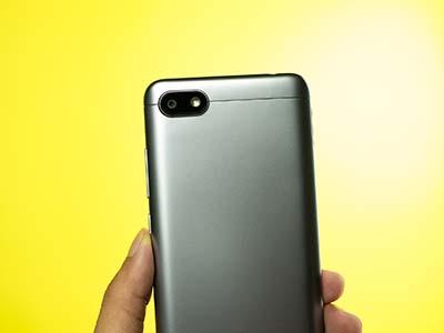 Camera sau trên Xiaomi Redmi 6A được bố trí ngang cùng với flash