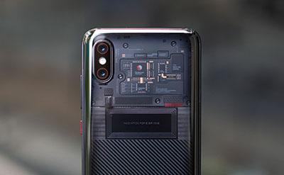 Xiaomi Mi 8 Pro với mặt lưng trong suốt độc lạ.