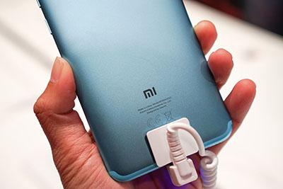 Xiaomi Mi A2 mặt sau bằng kim loại nguyên khối toát vẻ sang trọng