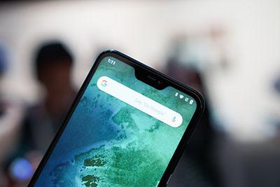 Hiển thị sắc nét, thông báo được hiển thị tốt trên tai thỏ của Xiaomi Mi A2 Lite