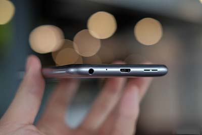 Cổng Micro USB và jack 3.5mm vẫn còn được giữ