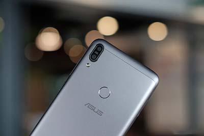 Camera kép được bố trí dọc trên Zenfone Max Pro