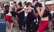 Video vợ lột áo tình địch tại sân bay gây chú ý Internet tuần qua